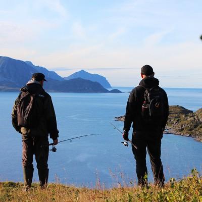 Mats och Björn blickar ut över havet utanför Söröya