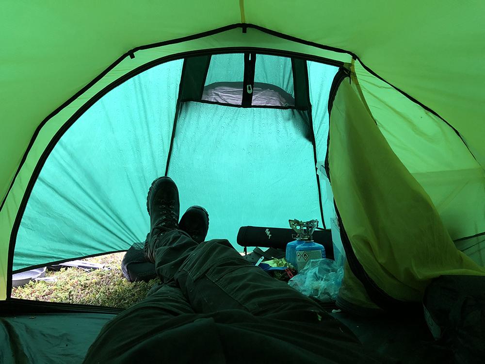 I guidetältet ligger jag och väntar ut regnet.